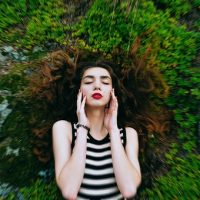 閉じた目の女性
